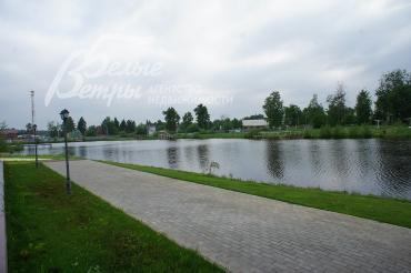 Озеро с пляжем, зоной для барбекю и детской площадкой