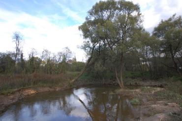 По территории поселка протекает река Незнайка.